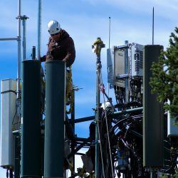 working-on-cell-tower-3850689_1920
